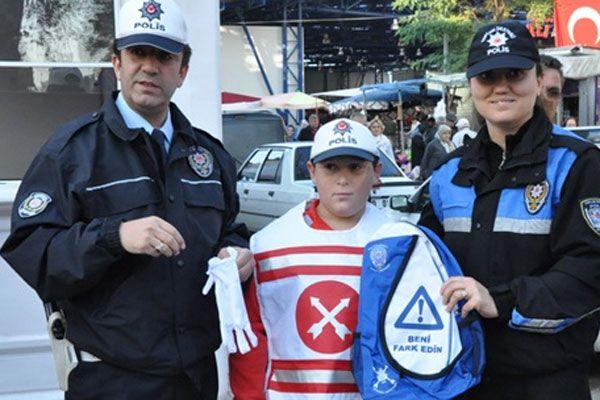 Trafik polisi durdurdu öğrenciler bilgi verdi
