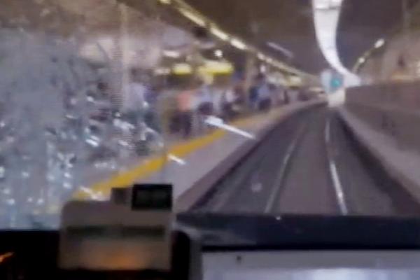İzlerken şok olacaksınız, trenin önüne bakın nasıl atladı-İZLE