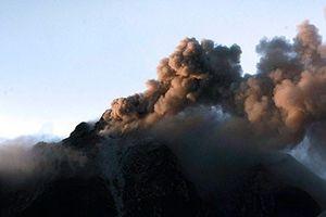 Sinabung yanardağı kül ve lav püskürttü