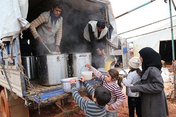 Suriye kamplarında sıcak yemek sevinci