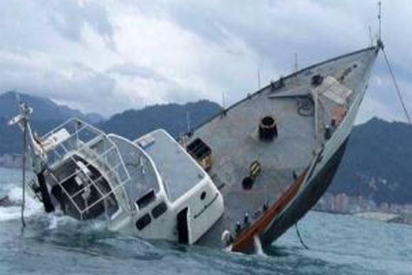Yemen'de 12 mürettebatlı gemi battı