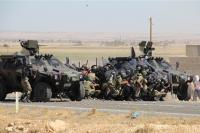 Askerler eylemcilerin arasında kaldı
