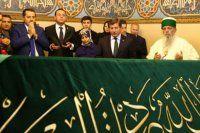 Başbakan Davutoğlu aşure dağıttı, dua etti