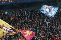 Galatasaray taraftarı maçın durmasına sebep oldu