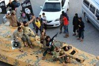 IŞİD ele geçirdiği ağır silahları Suriye'de sergiledi