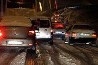 Kar yolları kapattı araçlar mahsur kaldı