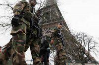 Askerler Eyfel Kulesi'nde devriye gezdi