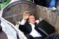 Milletvekilini çöpe attılar- İZLE