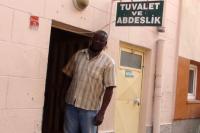 9 dil bilen profesör, tuvalet temizliği yapıyor