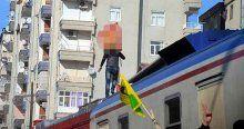 Trenin üstüne çıkıp sözde PKK flamasını astı