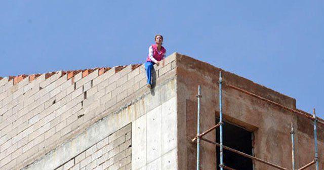 Sevgilisinin terk ettiği kadın çatıdan atlamak istedi