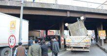 Köprüye sıkışan TIR trafiği felç etti