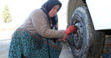 Lastik tamircisi 3 çocuk annesi kadın görenleri şaşırtıyor