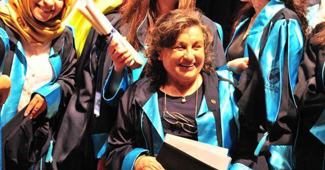 Emekli öğretmen 72 yaşında yeniden mezun oldu