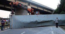 Konteyner yüklü tır devrildi İstanbul yolu kapandı