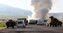 Ağrı'da teröristler yol kesip iş makinesi yaktı