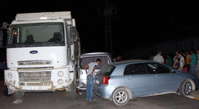 Freni boşalan kamyon 3 araca çarptı