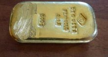 Gölde yüzerken altın külçe buldu