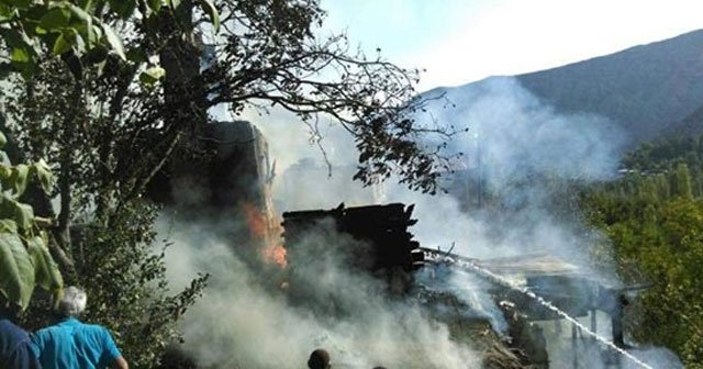 Alevler 8 evi kül etti