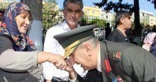Tugay Komutanı şehit anne ve babalarının ellerini öptü
