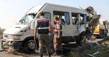 Adana'da öğrenci servisi minibüse çarptı, 29 yaralı!