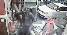 Servis minibüsü yolda yürüyen kadına böyle çarptı
