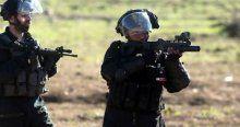 Öldürdüğü Filistinlilerin yanına bıçak bırakıyor
