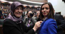Yeni Bakan Kadına şiddete dikkat çekmek için rozet dağıttı