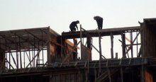 İşçiler metrelerce yüksekte önlemsiz çalışıyor