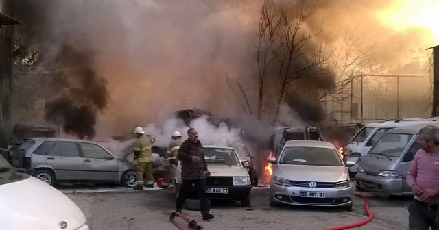 İzmir'de yılın ilk günü 11 araç yanarak hurdaya döndü