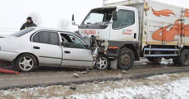 Tekirdağ'da kamyonla otomobil çarpıştı, 2 ölü