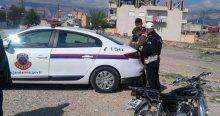 Trafik polisi oğluna ceza kesti