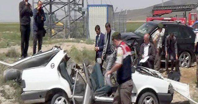 Niğde'de iki otomobilin kafa kafaya çarpıştı, 3 ölü
