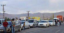 PKK yol kesti! Araçları ateşe verdi