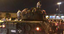 Vatandaş sokakta tankların üzerine çıktı