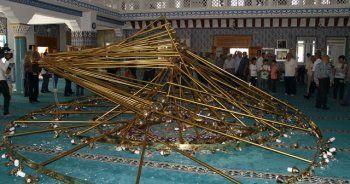 Cami'de cemaatin üzerine avize düştü, 10 yaralı