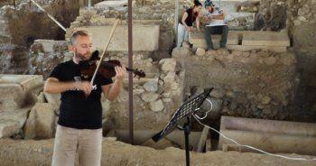 Kazma kürek seslerine klasik müzik notaları karıştı