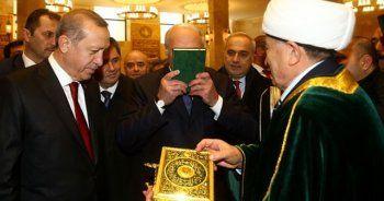Kur'an-ı Kerim'i öptü diye eleştirdiler, böyle cevap verdi