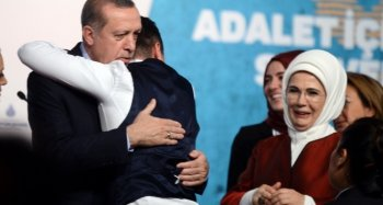 Sahneye atlayan genç Cumhurbaşkanı Erdoğan'a böyle sarıldı