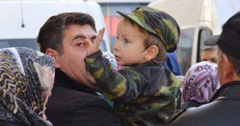 Şehit babası Mehmet Arıyeşil'i el sallayarak uğurladı