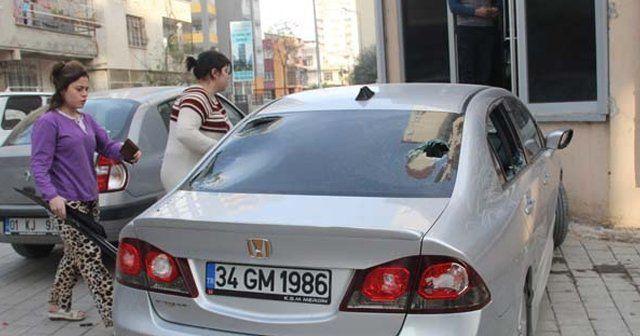 Eşine kızdı aracına parke taşıyla daldı
