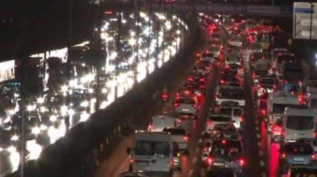 İstanbul'da kar yağışı başladı, trafik durdu