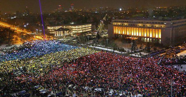Romanya'da on binlerce kişi hükümeti istifaya çağırdı