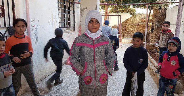 Suriyeliler battaniyeleri kışlık kıyafete çeviriyor