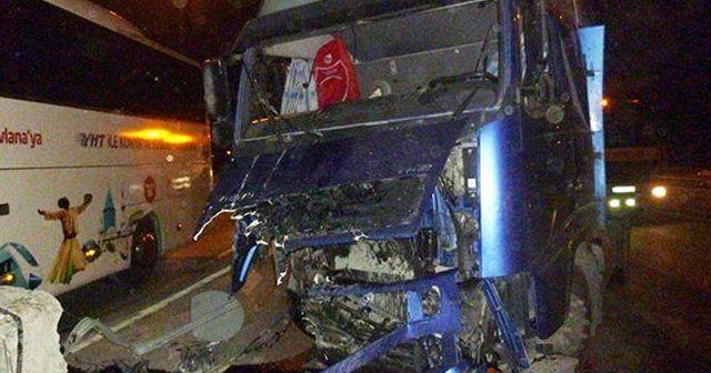 Samandıra'da otoyol gişelerine tır çarptı: 1 yaralı