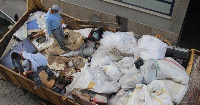 Yaşlı kadının evinden 4 kamyon çöp çıktı