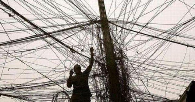 Adana'da pes dedirten kaçak elektrik ayıbı