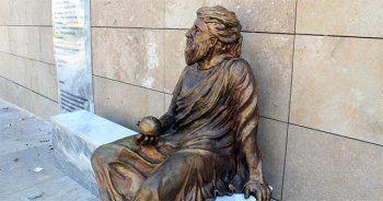 Kafası Yunus Emre'ye benzetilen Anaksagoras heykeli tartışma konusu oldu