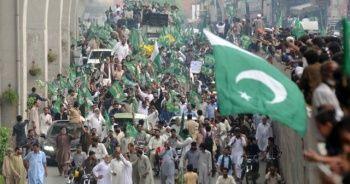 Pakistan'da Navaz Şerif'e destek gösterisi düzenledi