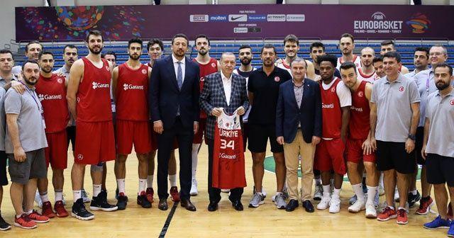 Cumhurbaşkanı Erdoğan'dan A Milli Basketbol Takımına sürpriz ziyaret